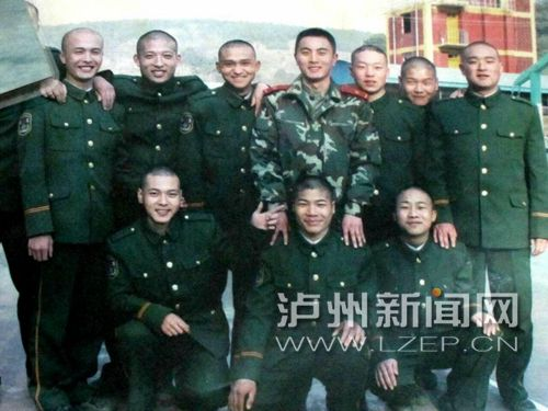 蔡松松生前(后排右四)和战友的合影