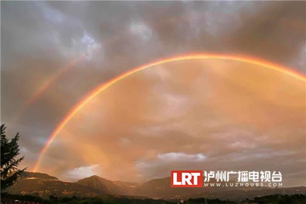 泸州叙永雨后惊现绝美双彩虹