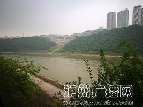 采访中,居民告诉记者,其实,香颂半岛小区外的沱江边是修建了防洪堤的